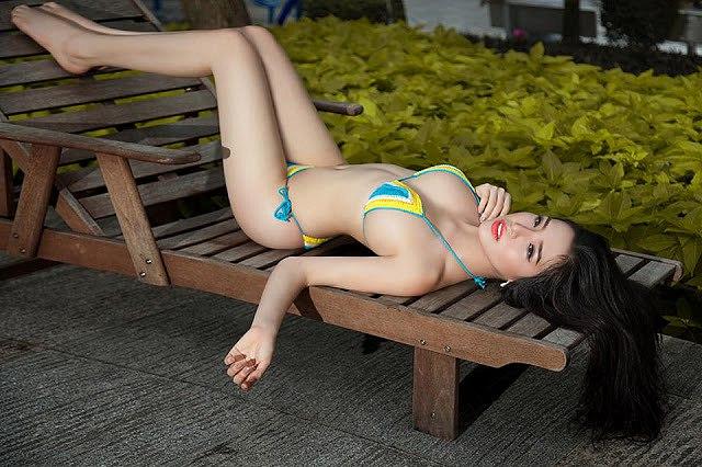 man-nhan-voi-loat-anh-bikini-nong-bong-cua-a-hau-khanh-phuong (9)